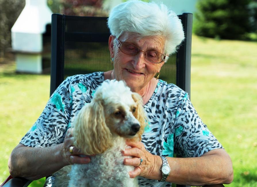 Porträt von einer Patienten mit Herzklappenfehler und ihrem Hund