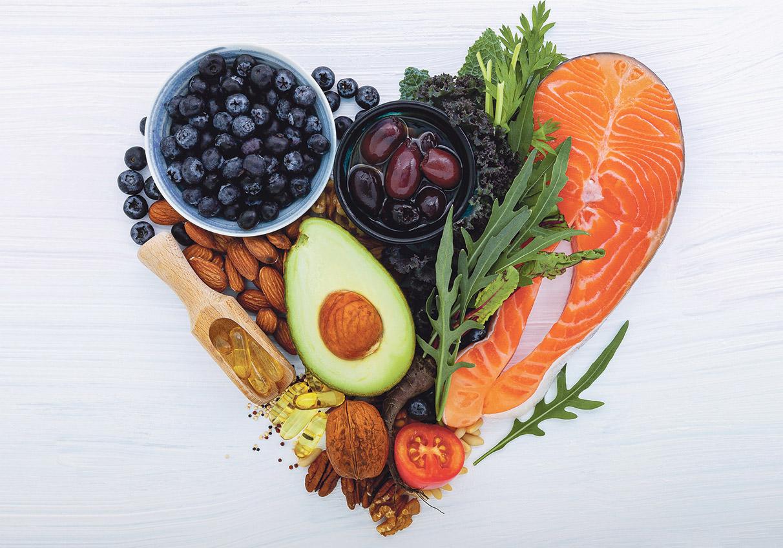 Herzgesunde Lebensmittel, die zu einem Herz geformt sind.