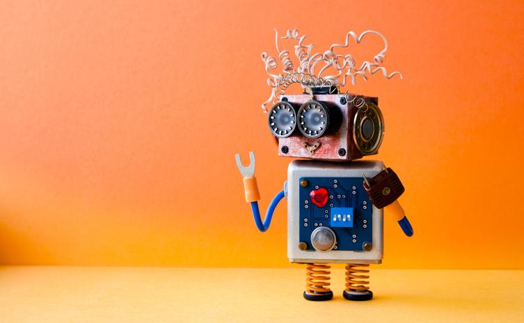 Kleiner Roboter vor orangenem Hintergrund