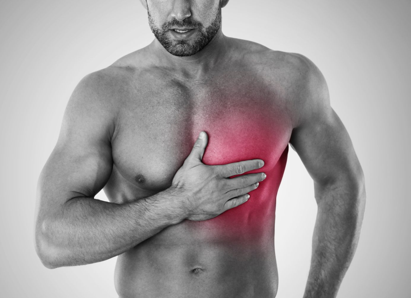 Mann mit schmerzender Brust. Thema: Krankes Herz