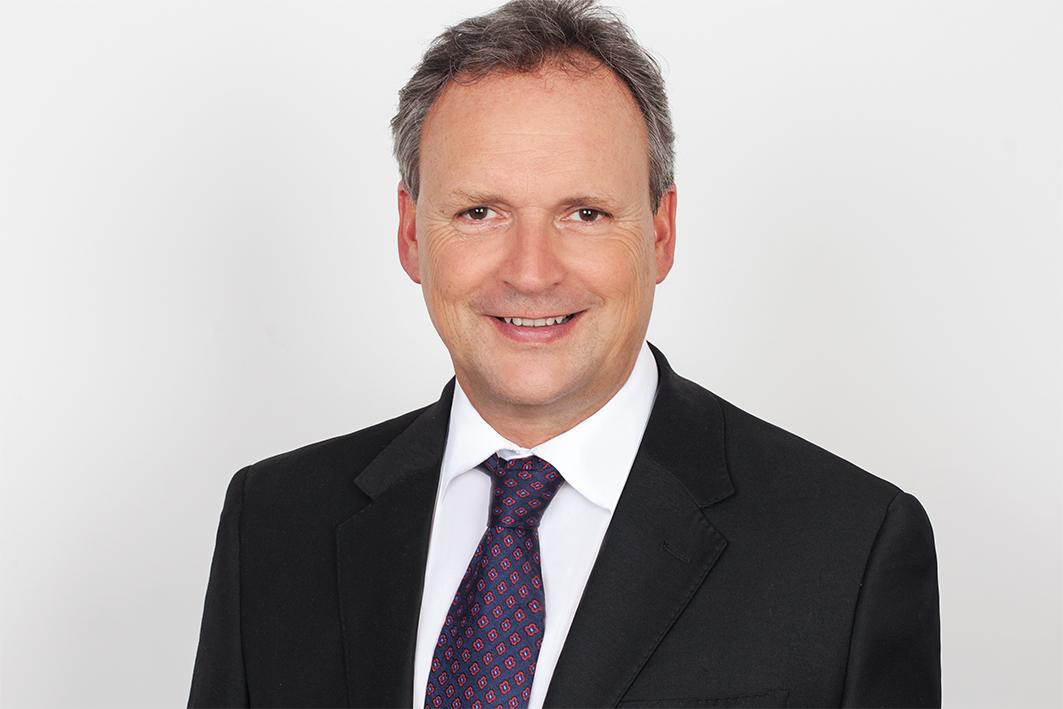 Porträt: Dr. med. Tobias Steinke, Chefarzt des Gefäßzentrums der Schön Klinik Düsseldorf und Facharzt für Chirurgie und Gefäßchirurgie