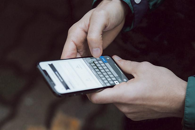 Eine Person gibt Daten in ihr Smartphone ein.