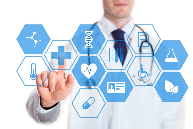 Mediziner tippt auf virtuellen Bildschirm. Thema: Ausgewählte Todesursachen