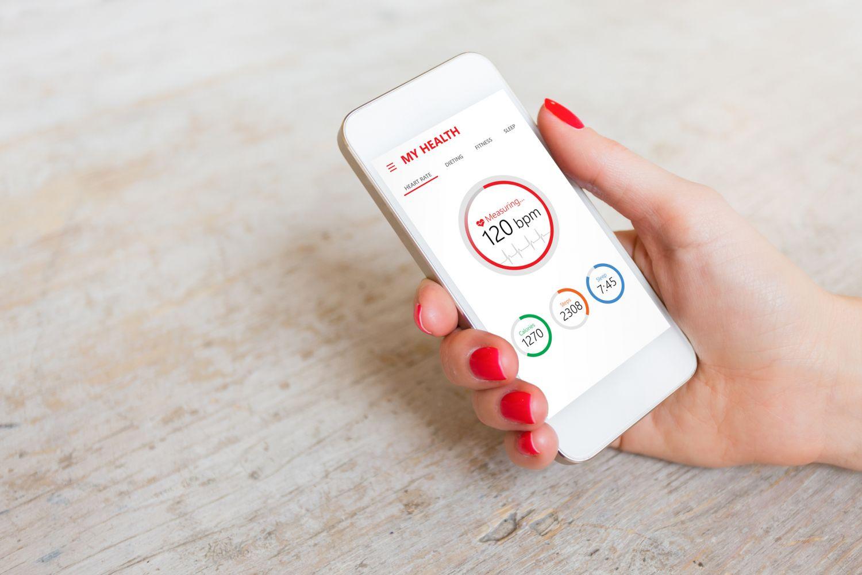 Eine Gesundheitsapp auf dem Smartphone zeigt Daten an