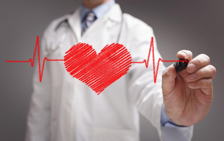 Ein Arzt malt ein EKG an eine Scheibe. Thema: Digitale Transformation in der Medizin