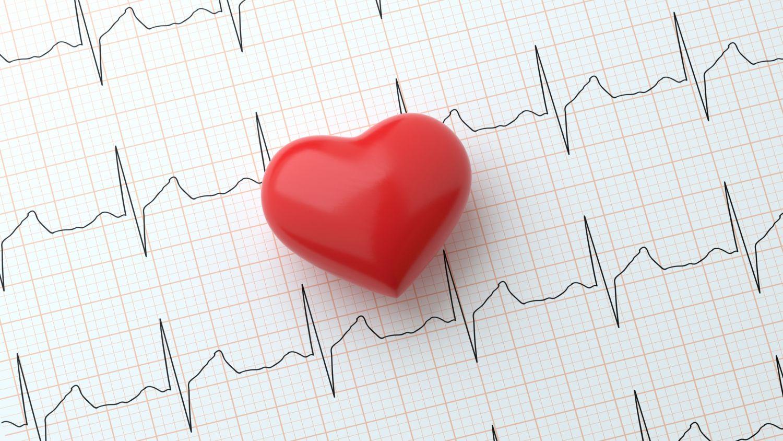 Auswertung von einem EKG mit einem Herz darauf.