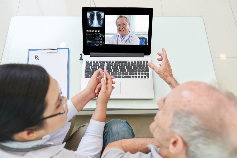 Ärztliche Beratung eines Patienten über Videochat.
