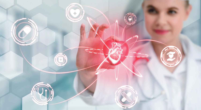 Junge Ärztin fasst ein digitales Herz an. Das löst mehrere Vorgänge (mit Symbolen) aus.