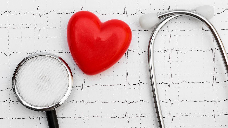 EKG-Auswertung und Stethoskop sowie einem Gummi-Herz