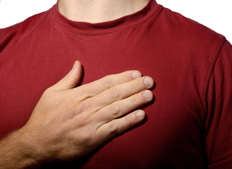Mann mit auf der Brust verschränkter Hand.  Thema: Die häufigsten Herz-Kreislauf-Erkrankungen