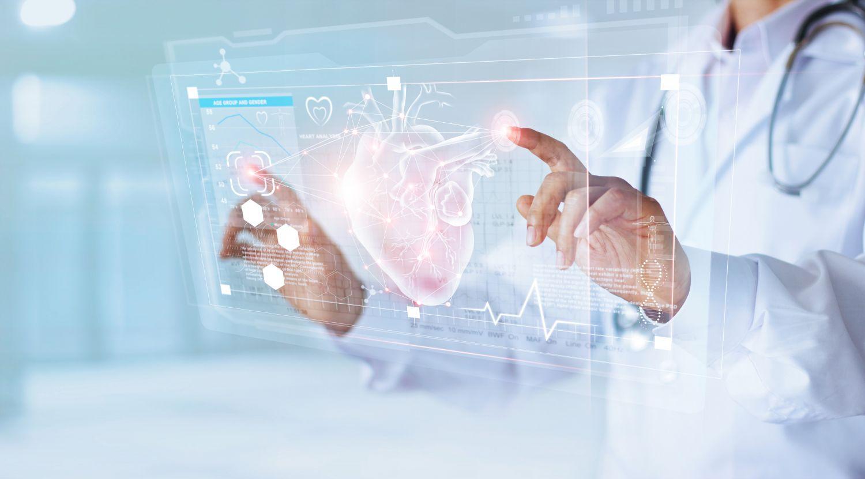 Arzt untersucht ein Herz in digitaler Form.