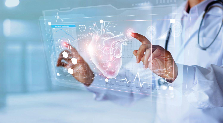 Mediziner arbeitet mit holografischen Daten und Informationen.