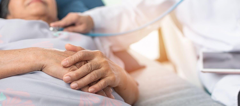 Patientin im Krankenhaus wird von einem Mediziner untersucht.