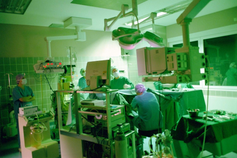 Operationssaal eines Krankenhauses. Thema: Klinikbewertungen