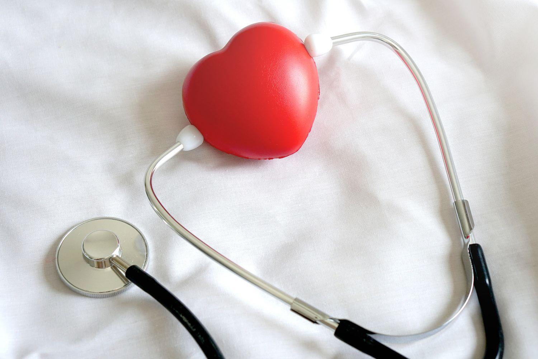 Herz aus Plastik mit Stethoskop