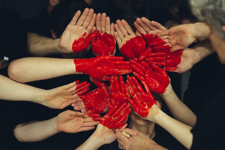 Viele Hände, die bemalt ein Herz zeigen. Thema: Coenzyme als Therapie bei Herzinsuffizienz